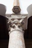 Överkanten av den klassiska kolonnen, marmorsten Royaltyfri Foto