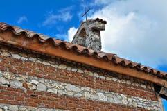 Överkanten av den ortodoxa kyrkan för gammal sten Royaltyfri Bild
