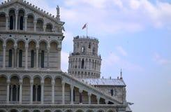 Överkanten av det Pisa tornet bak domkyrkan Arkivbild