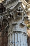 Överkanten av en antikvitet marmorerar kolonnen med en modell royaltyfri fotografi