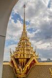 Överkanten av en guld- wat i Bangkok royaltyfri fotografi