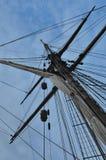 Överkanten av en mast och en himmel Arkivfoton