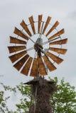 Överkanten av en väderkvarn med en bird& x27; s-rede Arkivbild