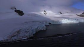 Överkanten av glaciären döljas i ett vitt moln Andreev stock video