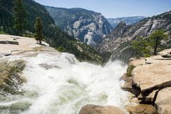 Överkanten av Nevada Fall, Yosemite nationalpark, Kalifornien royaltyfri foto