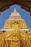 Överkanten av pagoden i Wat Mahathat arkivbild
