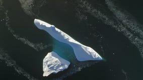 Överkanten beskådar ner det antarktiska isberget Flyg- flyg lager videofilmer