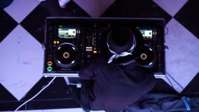 Överkanten sköt ner av blandande musik för diskjockey och folkdans i nattklubb arkivfilmer
