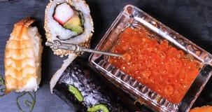 Överkanten stänger sig ner upp sikt av ett sortiment av japansk mat: sushi nigiri, sashimi Arkivbilder