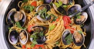 Överkanten stänger sig ner upp sikt av musslor för spagettiallevongole Royaltyfria Foton