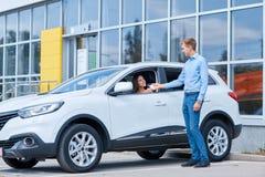 Överlåtelse av biltangenter i en återförsäljare ny köpande bil royaltyfria foton