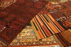 Överlappande mattor med invecklade Kurdish modeller Arkivfoton