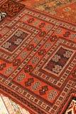Överlappande mattor med invecklade Kurdish modeller Arkivbilder