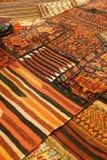 Överlappande mattor med invecklade Kurdish modeller Arkivfoto