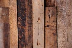 Överlappning åldriga träav bräden med spikar Arkivbild