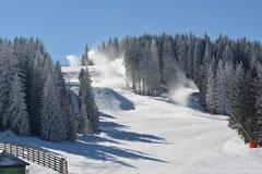 Överlappning av skidar lutningar med konstgjord snö Royaltyfri Fotografi
