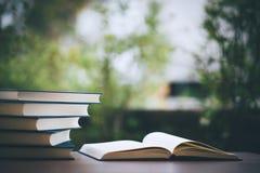 Överlappning för många böcker Bildande utrustning Royaltyfri Fotografi