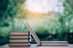Överlappning för många böcker Bildande utrustning många böcker förläggas på tabellen Royaltyfri Bild