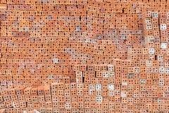 Överlappning för röd tegelsten Röd tegelsten som används i konstruktionen av väggen Fotografering för Bildbyråer