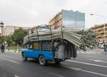 Överlastad lastbil med rör royaltyfri foto