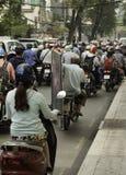 Överlastad motorcykel på gatan av saigon med en stor bildram arkivfoto