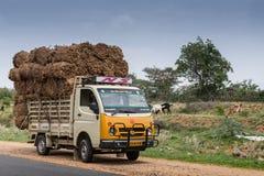 Överlastad Tata pickup längs vägen Royaltyfria Foton