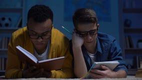Överlastade tonårs- studenter som sovande sent faller på natten för provet, stopptid stock video