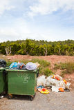 Överlopp slänga i soptunnan bredvid den orange fruktträdgården, den Valencia regionen, Spanien royaltyfri foto