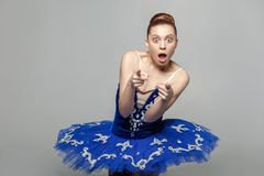 Överraska, är att dig? Stående av den härliga ballerinakvinnan i blått arkivfoto