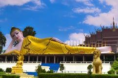 Överraska! Härlig Buddha som vilar, Prae Thailand Arkivbild
