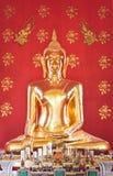 Överraska! Härlig guld- Buddha på Wat Nha Prathat Uttaradit Thailand Arkivbild