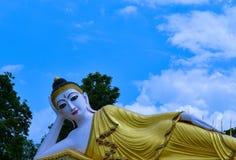 Överraska! Härlig vilaBuddha på Wat Prathatsutone Royaltyfri Bild