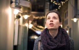 Överraska! Kvinna som förbluffas av julpynt arkivfoto