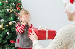 Överraskande liten flicka för fader Arkivfoton
