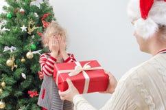 Överraskande liten flicka för fader Fotografering för Bildbyråer