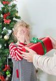 Överraskande liten flicka för kvinna Royaltyfria Bilder