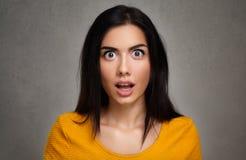 Överraskning—framsida av den häpna kvinnan Arkivfoto
