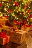 Överraskninggåvor under julgranen Royaltyfria Foton