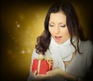 Överraskningkvinna med gåvan Arkivfoton
