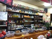 Översättning: traditionell izakayarestaurang, en informell japan arkivbilder