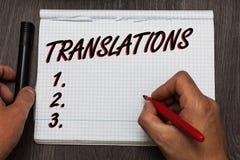 Översättningar för handskrifttexthandstil Smsar den skriftliga eller utskrivavna processen för begreppsbetydelsen av att översätt Arkivbild