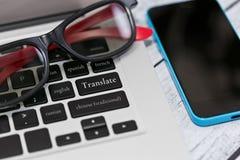 Översättningsonline-tjänst och mobilapplikation arkivbild