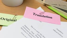 Översättningspapper på trätabellen royaltyfri foto