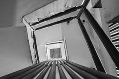 Översida och ner sikt av en gammal spiraltrappuppgång Arkivfoton