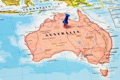 Översikt av Australien med en blå häftstift Arkivfoton