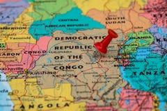 Översikt av Demokratiska republiken Kongo med en röd häftstiftstuc Arkivbilder