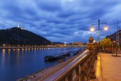 Översikt av den Gellert kullen och Buda Castle budapest Arkivfoto
