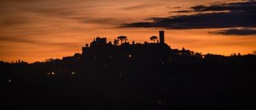 Översikt av den Turenne slotten under solnedgång i den Correze avdelningen i Frankrike Royaltyfri Fotografi