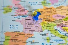 Översikt av Frankrike med en klibbad blå häftstift Arkivfoton