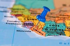 Översikt av Liberia med en klibbad blå häftstift Royaltyfri Foto